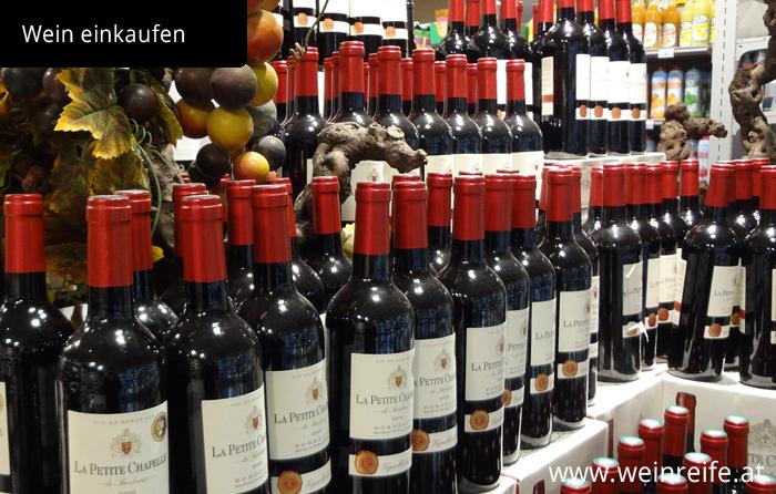 Regal voll französischer Weinflaschen