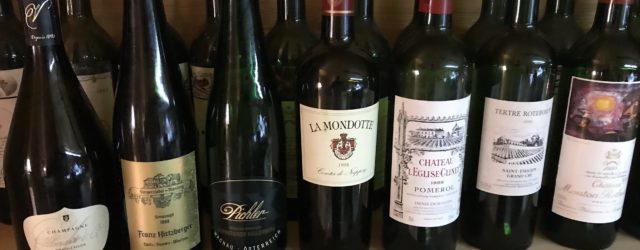 Aufgestellte Champagner-, Weisswein-, Rotwein Flaschen