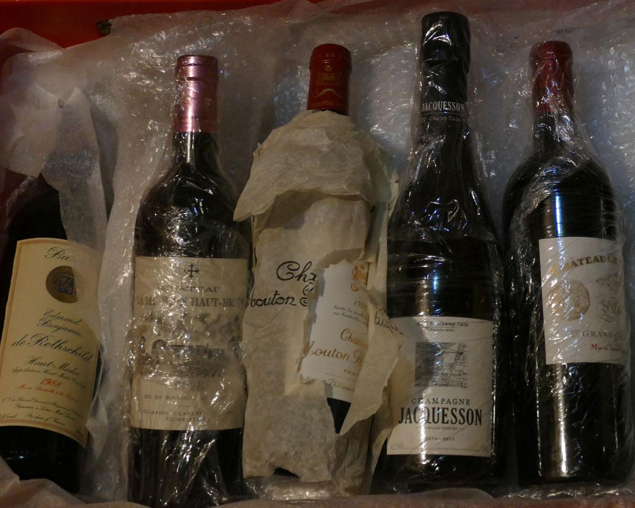 Alte und reife Weinflaschen in einem Weinkeller