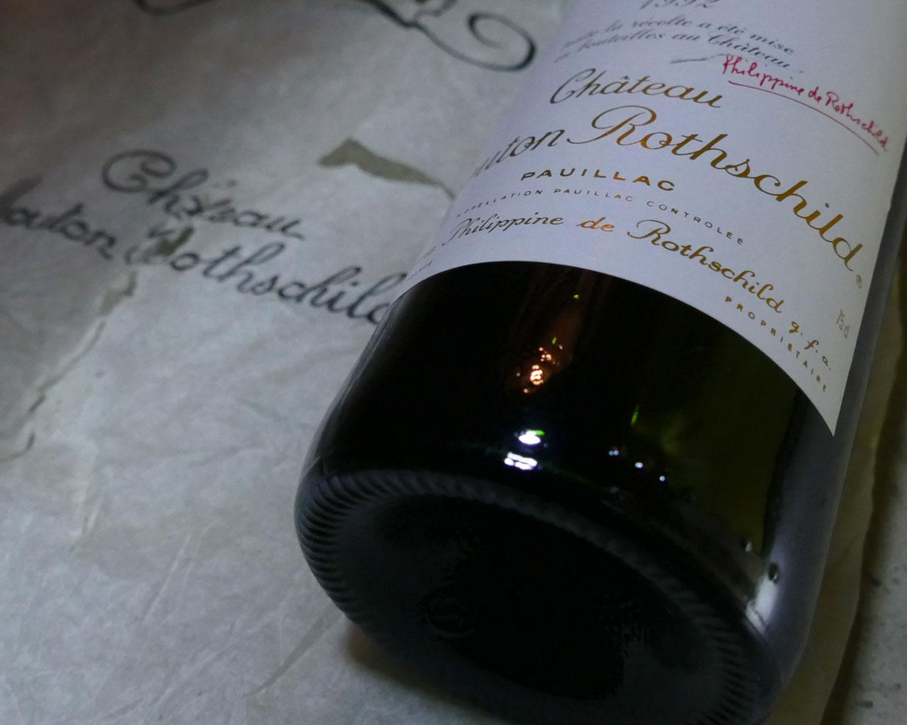 Reife Flasche Mouton Rothschild in einem Weinkeller