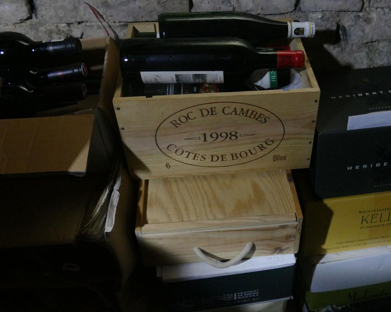 Reife alte Weine bei einem Weinakauf aus Privatbesitz
